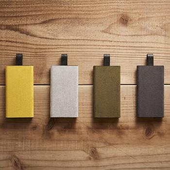 こちらのモバイルバッテリーは、スエードの質感と落ち着いた色合いが大人な印象です。薄くてコンパクトなので持ち運びしやすく、パワフルな充電能力を兼ね備えているところも◎