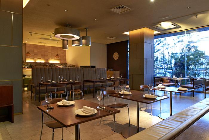 """デザイナーズホテル「CLASKA」の1階にある「Restaurant """"kiokuh"""" (キオク)」。軽やかなモダンフレンチのレストランですが、『イングリッシュブレックファスト』『クラスカブレックファスト』(和ごはん)など3種から選べるモーニングメニュー(午前7時半~同11時半。L.O.11時)にもファンが多いのです。"""