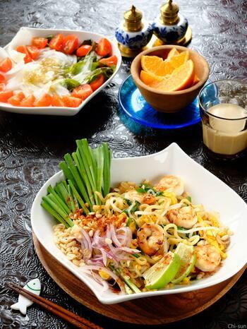 タイの麺料理「パッタイ」を、自宅で焼きそば麺を使ってお手軽に。仕上げに砕いたピーナッツをまぶすと本格的な味に。