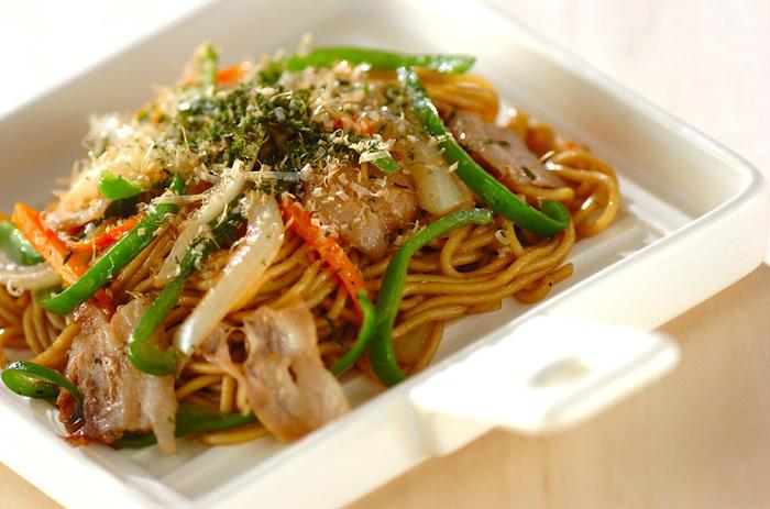 ピーマンの緑が映える、彩りキレイな焼きそば。ピーマンは麺にからみやすく食べやすいよう、細切りにするのがポイント。