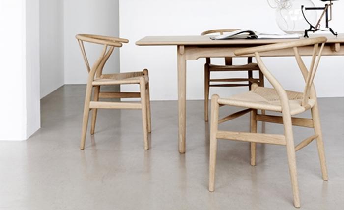背もたれ部分が「Y」の形になっていることから名づけられた「Y-チェア」。使い込むほどに木肌が飴色に変化していき、永く使い続けることができます。一生ものの家具を持つのは憧れですね。