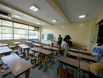 教室内の椅子も机も当時のまま。算数の教材や壁に貼られた世界地図を眺めていると、なんだかノスタルジックな気分で胸がキューッとします。