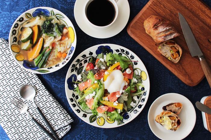 「パラティッシ」は、フィンランド語で「楽園」という意味です。鮮やかな草花や果実が描かれた食器が、食卓を彩ります。普段の料理を一段と豪華に見せてくれます。
