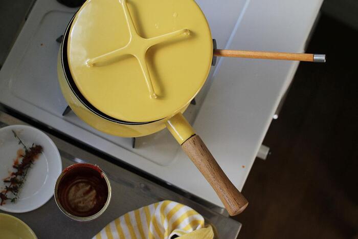 北欧らしいカラーと、温かみのあるフォルムが人気の、ダンスクのホーロー鍋。ムラなく熱を伝える素材でできているので、煮物やスープなどの具材があっという間に柔らかく仕上がります。クロスの形が特徴的な蓋は、鍋敷きとして使うことができます。