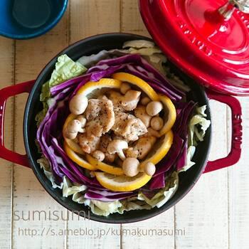 レモンや紫キャベツなどカラフルな食材を花びらを重ねるようにギュッと詰め込んだ鍋レシピ。ナンプラーを加えてエスニックテイストに仕上げています。最後にパクチーをたっぷり加えるのもおすすめです。