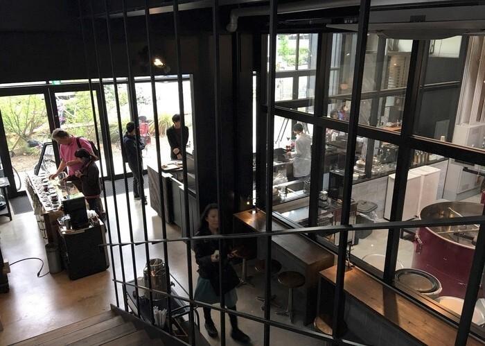 店は二層吹き抜けのロフト風な作りですが、圧倒されるのは、面積の多くを占める焙煎スペース。50キロの焙煎釜と作業の様子は、店内のどこからも見えるようになっています。座席は40席(カウンター、テーブル、ソファ)。