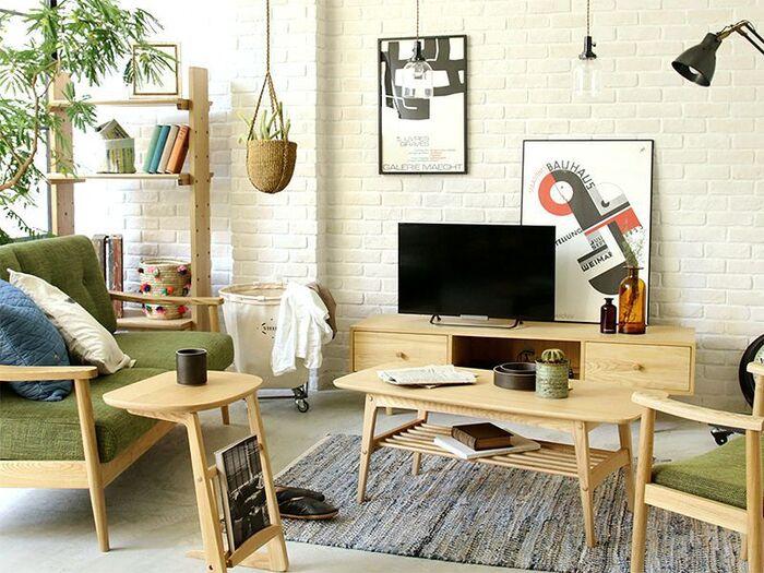 天然木の自然なぬくもりを感じさせてくれる木の家具は、丈夫で長持ち。少しお値段は張るものの、購入後のお手入れ次第で何十年も使い続けることができます。だんだんと色合いが深まっていく経年変化も楽しみながら、我が家のインテリアをより魅力的に育てていくためのケアについて、そのポイントを見ていきましょう。
