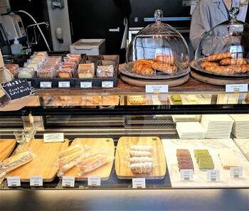 サンドイッチや焼き菓子など、軽食~スイーツ系も揃っています。