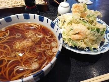 【天ぷらそば】 お蕎麦とは別皿で、海鮮がたっぷりと入ったあられ揚げがセットになっています。お蕎麦に入れるのはもちろん、そのままいただくのも◎