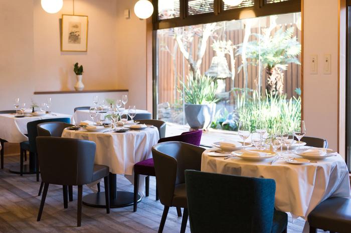最初にご紹介するのは2017年12月にオープンして以来、人気の絶えないフレンチレストラン「Chez Kentaro シェ・ケンタロウ」。北鎌倉駅から徒歩1分ほど、大きなガラスから見える緑も心地よい、和のテイストも取り入れたモダンな雰囲気のフレンチレストランです。鎌倉の素材をメインにしたフルコースランチや、特製ブイヤベースのランチコースなどが人気です。