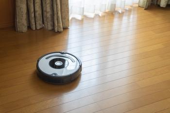 家の広さによっては、お掃除ロボット+スティック掃除機のあわせ技がおすすめです。気になる場所だけ人の手で、広い面はロボットに頼ると時間が短縮できます。