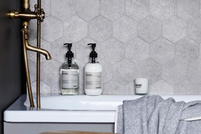 スタイリッシュなデザインは、バスルームに置いているだけでサマになりますね。種類ごとにボトルのカラーと香りが異なります。ミント・レモン&オレンジ・ウッディの天然香料の優しい香りで、バスタイム中も癒されますよ。