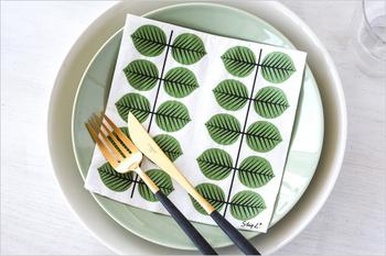 ペーパーナプキンは、お皿の上に敷いたり、カジュアルなおもてなし用のナプキンなど、食卓で大活躍。スティグ・リンドベリ生誕100周年を記念して復刻されたBERSAのテーブルウェアアイテム。生き生きとした緑の葉っぱのベルサ柄はいつものティータイムをちょっぴり特別な時間にしてくれそう。