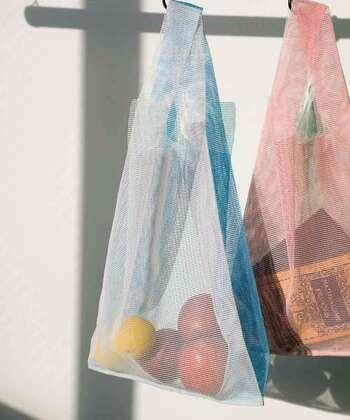 コンビニ袋のようなデザインの「GEORGE'S」のエコバッグは、薄手で丈夫なポリエステル素材なので、毎日繰り返し使えます。中身が透けて見えるメッシュタイプなので、野菜や果物を買ってそのまま保存袋としてキッチンに吊り下げておくことも可能◎