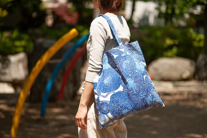 人気柄が揃う「marimekko」のトートバッグは、ポップで大胆なデザインがコーデのポイントにもなり、おしゃれ心を満たしてくれます。大き目のA3サイズですが薄型で持ち運びしやすく、使わない時は折りたたんでバッグに入れておけばOK。