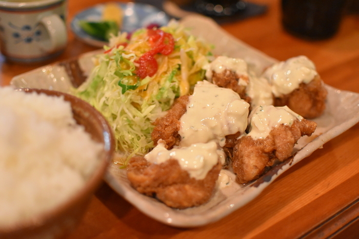 こちらのお店はチキン南蛮の名店としても知られ、宮崎チキン南蛮50選の店にも認定されています。柔らかくジューシーな鶏肉と、たれの酸味とあっさりとしたタルタルソースが絶妙!