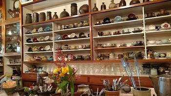 カウンターの棚には、こだわりのコーヒーカップがずらりと並んでいます。陶器好きは見ているだけでもワクワクしますね。