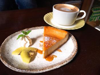 食後はチーズケーキがおすすめです。コーヒー、クリームソーダ、季節のドリンクなど、お気に入りの一杯と共にいただきましょう♪