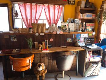 オーナーのお気に入りのものがたくさん飾られた店内。小さなカフェですが、そのこじんまりとした空間と温かな雰囲気に癒されます。
