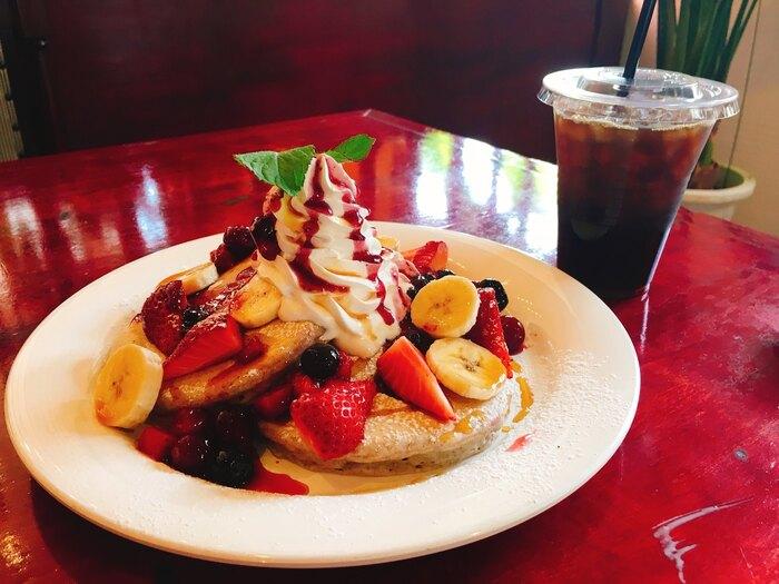 九州産の小麦と雑穀を使用した「九州パンケーキ」はいかがでしょうか?こちらのダブルベリーパンケーキは、もちっとした生地とベリーの甘酸っぱさがたまりません。季節のパンケーキメニューも登場するので、そちらもチェックしてみてください♪