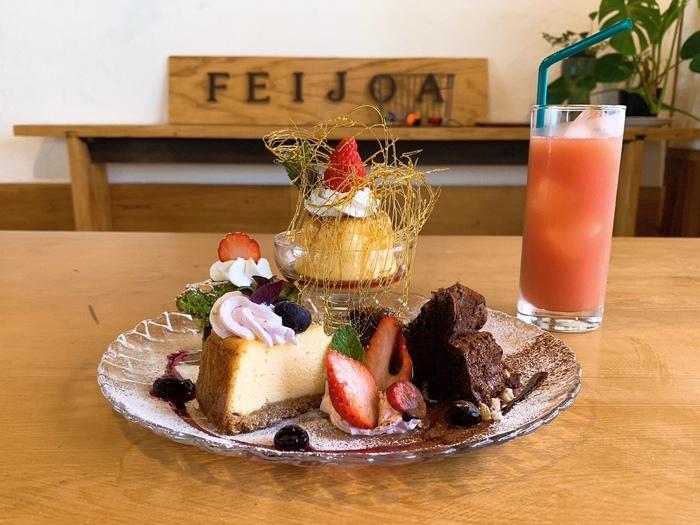 ランチだけでなく、デザートも評判です。こちらは食後におすすめの「デザートの盛り合わせ」。プリン、アイスクリーム、ケーキ…内容はおまかせの贅沢なひと皿。SNS映えしそうな盛り付けにうっとりしてしまいますね。