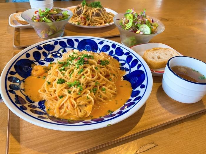 ランチはパスタやオムライスなどの洋食メニューで、サラダ・スープ付き。こちらの「海老クリームトマトパスタ」は、プリッとした海老とまろやかなトマトクリームソースがたまらない美味しさ。盛り付けや器にもこだわっています。