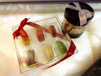 リンツのチョコレートを通販で購入したい場合は下記のオンラインショップからどうぞ。豊富な品揃えのうえ、ダークチョコレートやホワイトチョコレートなど、好みのテイストから検索することもできます。