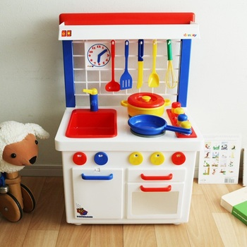 お料理には興味あるけど、実際に調理をするのはまだちょっと早いかも…そんなちいさなお子さんには、こんなお洒落なおままごとセットはいかがでしょうか。 本物さながらのコンロや蛇口、調理器具を使って遊べば、お料理への関心がぐっと深まると思います。