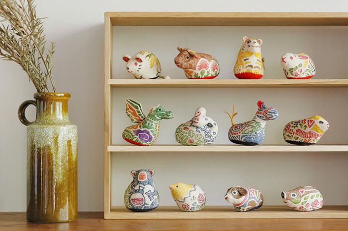 干支それぞれあり、上記の画像の「親」と、こちらの画像の「親」よりも二回りほど小さい「仔」があり、どれも籾殻がぱんぱんに詰まっているので、手に持っても心地よく、色とりどりの植物や小道具が一緒に描かれているので、毎年集めてコレクションするのも◎。、