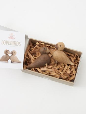 コキジバトは、スウェーデンでは、おしどり夫婦と同じ意味を表しているそう。そんな仲睦まじいコキジバトをモチーフとしたラブバードのオフジェは、結婚記念の贈り物にも最適です。