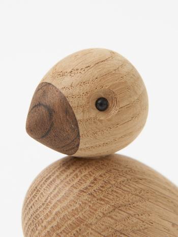 モチーフは、同じつがいで生涯連れ添うと言われている山鳩(コキジバト)。どちらもオーク材から作られており、スモークオーク仕上げと、ナチュラル仕上げ(画像)になっています。