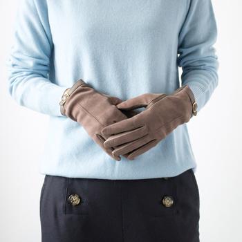 外にいる時間が長くなりそうなお出かけには、手袋を忘れずに。手肌が直接外気に触れることを避け、乾燥を防ぎます。手袋をする前に、しっかり保湿をしておくとなお◎。