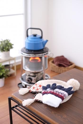 逆に気温が低く空気が乾いた冬は、ヒビ割れや変形にも注意が必要です。もともとしっかり乾燥させた木を使っている家具ならそれほど心配いりませんが、無塗装の家具やオイルフィニッシュの家具は、暖房の熱と風が直接当たらないよう気を付けておきましょう。