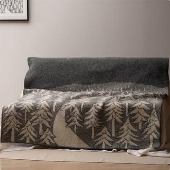 KLIPPAN(クリッパン)とmina perhonen(ミナ ペルホネン)のデザイナーがコラボレーションした「HOUSE IN THE FOREST(ハウスインザフォレスト)」。本国スウェーデンでも、高い人気を誇るデザインのブランケットです。