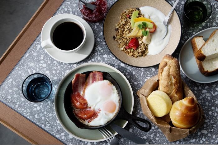 コエロビーでおすすめの時間帯は7:30からのモーニング!焼きたてパンが食べ放題のパンブッフェが大人気です。お仕事が始まる前の朝活などに利用すれば、1日の元気をチャージできそうです♪