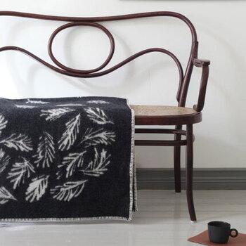 """フィンランドのアーティスト「Teemu Jarvi(テーム・ヤルヴィ)」が手掛けた、アートのようなブランケット。""""SHINRIN-YOKU""""というネーミングからもわかるように、森林浴をテーマに針葉樹が描かれたデザインになっています。"""