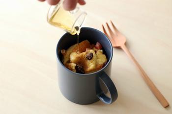 マグカップで卵液を混ぜ、一口大に切った食パンを浸し、電子レンジ加熱します。お好みではちみつやドライフルーツ、シナモンパウダーやメイプルシロップをかけて召し上がれ。