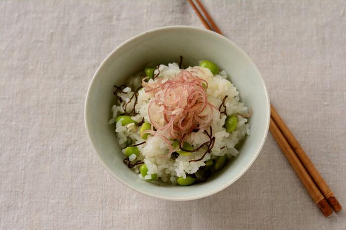 味付けは塩昆布のみの、枝豆とミョウガのシンプルな混ぜご飯ですが、枝豆の食感や、ミョウガの風味、塩昆布の旨味がバッチリの簡単混ぜご飯に仕上がっており、これなら食欲のない日でも美味しくいただけそう。