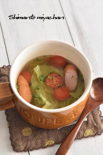 キャベツ、ウインナー、ミニトマトを食べやすい大きさに切って、水とコンソメとともにマグカップに入れて電子レンジで加熱するだけ。お鍋を使わずスープがお手軽に作れます。