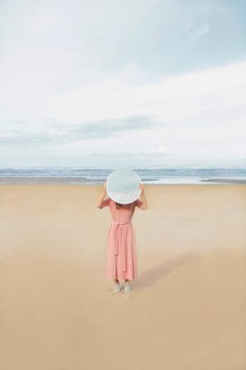 疲れているとき、元気がないとき、ストレスを感じているときは、自然と背中が丸まり、呼吸が浅くなっています。新鮮な空気をじゅうぶんに取り込めないため、ますますしんどくなってしまうのです。 ゆっくりと、深い呼吸を意識する。背筋を伸ばし、視線を遠くに向ける。そうすることで、体の中の「気」が巡りはじめ、元気を増やすことができますよ。