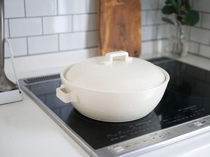 土鍋は、調理した後も保温効果が高いため、あったかメニューに最適な調理器具。また、調理してそのまま熱々を食卓に運べる手軽さも魅力です。土鍋は普通のお鍋に比べてゆっくりと温まっていくのだそう。温めにくく冷めにくいという特徴があります。