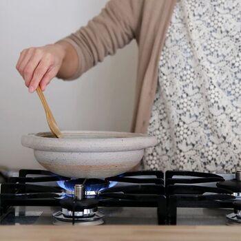 土鍋のサイズは、号数で表記されています。1号は直径1寸(約3cm)を表しているので、一般的には1人用なら直径22cm前後の6号が使われます。2~3人が使うなら7号、4~5人程度が使うなら9号くらいが目安です。小さい3~5号は、お粥や湯豆腐などをつくるのにおすすめ。
