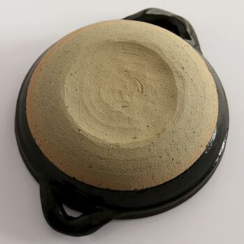 注意点は、急激な温度変化。底が濡れたまま火にかけるとヒビが入ることもあるため、注意が必要です。底が濡れている場合は、水気を拭いた後、弱火から少しずつ温度を上げていくと良いでしょう。