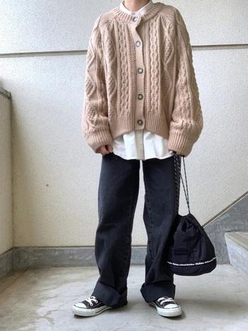 オーバーサイズのカーディガンをシャツにレイヤードしたスタイル。 首元と裾からチラッと見せたシャツが、コーデのおしゃれなアクセントに。 ボトムもゆるっとしたシルエットを選んで、メンズライクに◎