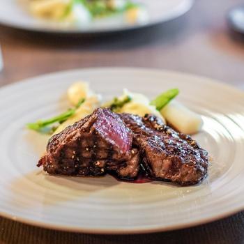 オーナーシェフは南仏で修行し、プロヴァンス地方の料理をベースにオリジナリティのあるモダンフレンチを追求されています。 画像はシェ・ケンタロウのスペシャリテの一つである「岩手県山形村短角牛」のサーロインの網焼き。厳選された牛肉の、たっぷりの肉汁と赤身らしい味わいがたまらないと評判です。