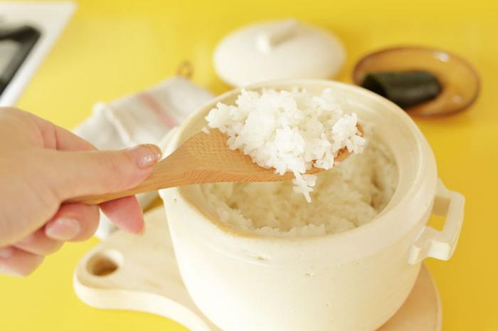 土鍋は鍋料理だけじゃなく、ごはんを炊いたり、煮物をつくったりと多彩な使いかたができるのも魅力です。ごはんのおいしさにこだわるなら、お米を炊くのに土鍋を使ってみてはいかがでしょう。「もちもち」として「ふっくら」と炊き上がります。