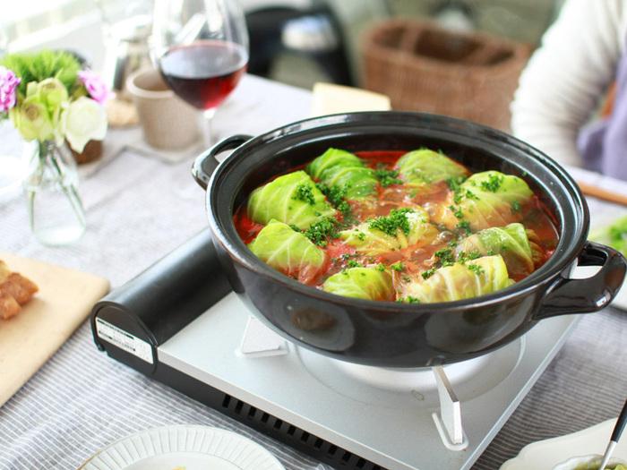 こちらの土鍋は、洗練されたテーブルウエアで人気のSTUDIO M'(スタジオM )の土鍋。どんな料理にもマッチするシンプルなデザインと、たっぷり調理できるサイズ感が魅力です。掴みやすそうな、輪っかタイプの取っ手がユニーク。