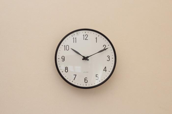 デンマークの建築家・デザイナーのアルネヤコブセンが手掛けた時計。鉄道の駅でも採用されているデザインは「STATION」というシリーズです。シンプルで遠くからでも文字がはっきりと見え、どんな部屋にも合わせやすいのが魅力です。