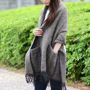 フィンランドのテキスタイルメーカー、ラプアンカンクリ。上質なウール100%のショールは、大きなポケットがついているのが特徴です。和装の羽織りものとしてもおすすめです。