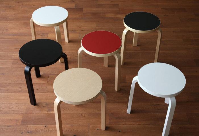 三本足が特徴のスツール。椅子としてはもちろん、サイドテーブルとしてベッドの横に置いておくのもおすすめ。シンプルだからこそ、計算し尽されたデザインが際立ちます。